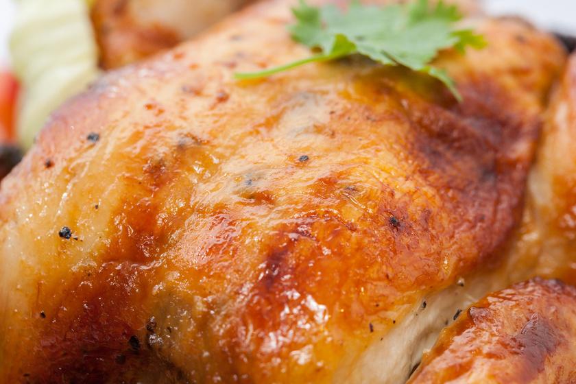 Ha minden kalória számít, érdemes megnyúzni a csirkét. A bőr 100 grammjában 362 kalória származik zsírból, melynek jó része ráadásul telített zsír.