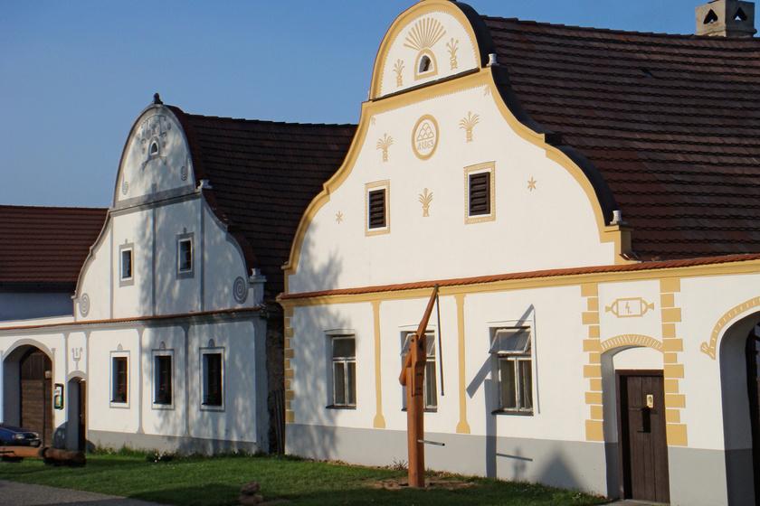 Holašovice már a 13. században is létezett, majd a 16. században csaknem elnéptelenedett a bubópestisnek köszönhetően. Megmaradt két lakosa mellé új, német ajkú földművelők érkeztek, akik egészen a második világháborúig felvirágoztatták a falut.
