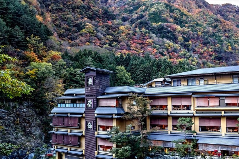 A Nishiyama Onsen Keiunkan kívülről. A szállóban hat medence és 35 szoba található.