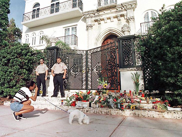 Virágok - és rendőrök - Gianni Versace otthona előtt
