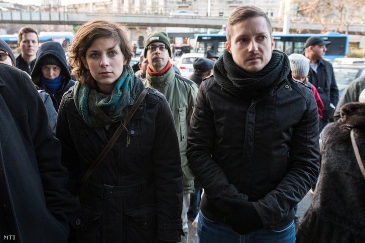 Orosz Anna a Momentum Mozgalom elnökségi tagja (b) és Soproni Tamás a Momentum Mozgalom alelnöke (j) Puczi Béla roma hős emléktáblájának avatásán Budapesten a Nyugati pályaudvarnál 2017. december 10-én.