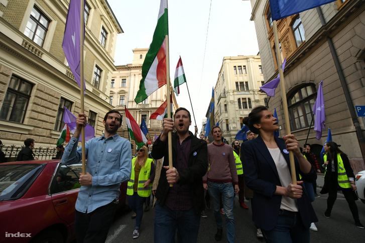 Fekete-Győr András a Momentum Mozgalom elnöke (b) és Soproni Tamás (k) a Momentum Mozgalom Európához tartozunk! jelmondattal meghirdetett demonstrációján
