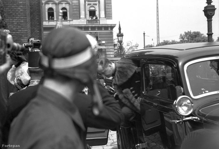 Horthy István érkezik az esküvőjére a Szilágyi Dezső téri templomba, 1940-ben