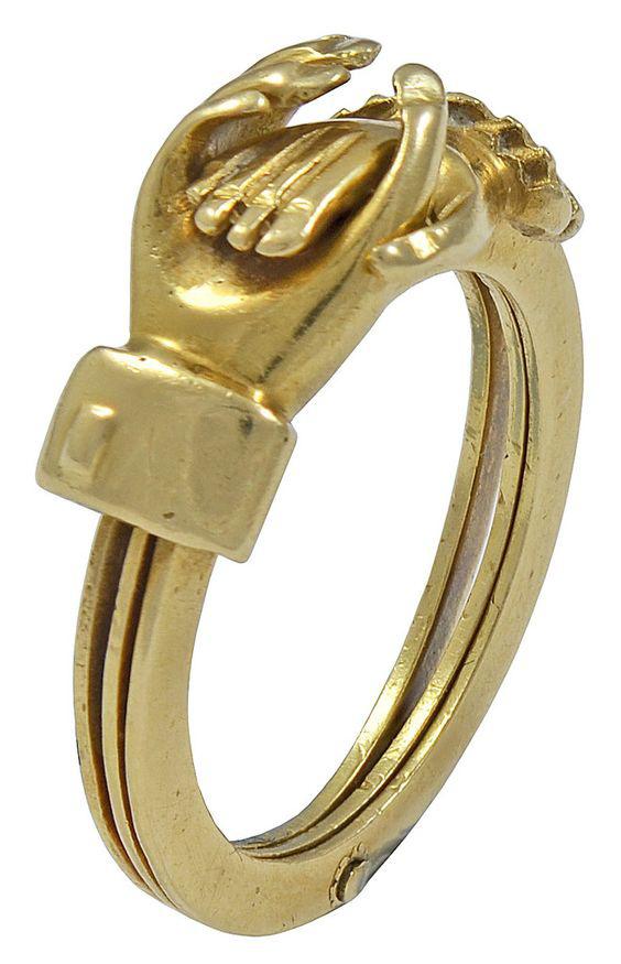 Az összekulcsolódó női és férfi kéz egy arany szívet rejt. Az aranyékszer az eladó állítása szerint az 1840-es évekből származik Angliából.