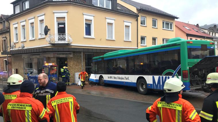 Gyerekekkel teli iskolabusz balesetezett Németországban