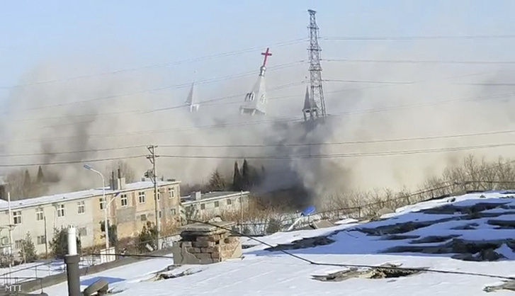 Videofelvételről készített kép, amelyen lerombolják az észak-kínai Senhszi tartománybeli Linfenben álló Arany Lámpatartó-templomot 2018. január 9-én. A kínai kormánnyal szemben álló vezetésű, több mint 50 000 fős gyülekezetet szolgáló keresztény templomot a Népi Fegyveres Rendőrség nevű szervezet bontja le.