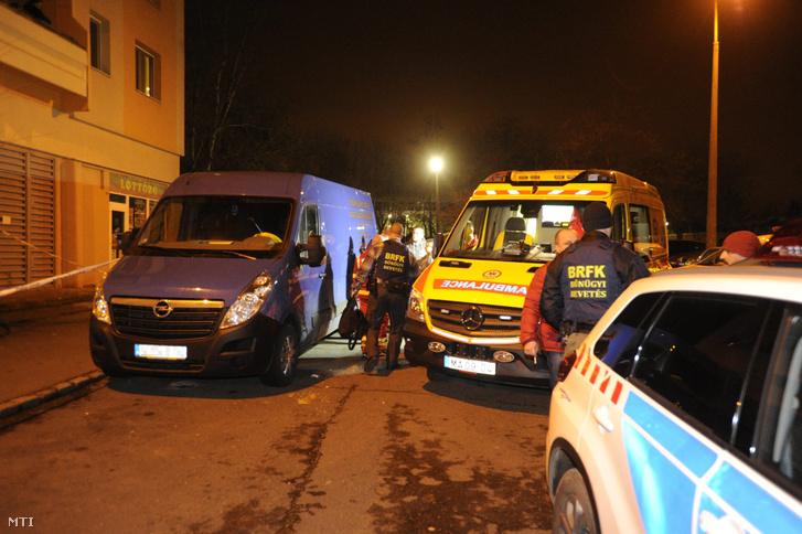 Bűnügyi helyszínelők és mentők Rákoskeresztúron, miután egy Újlak utcai lakóházban holtan találtak egy 19 éves nőt 2018. január 12-én.