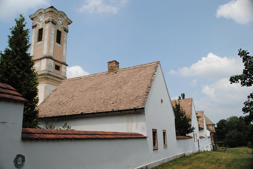 A remeteség együttese számos épületet magában foglal. A cellaházak és a templomtorony mellett vízimalom, kápolna és műhelyek is működtek.