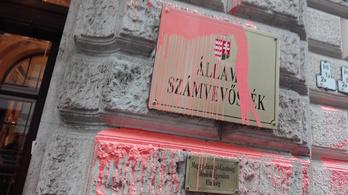 Vádat emeltek Gulyás Mártonék ellen az ÁSZ épületének megrongálása miatt