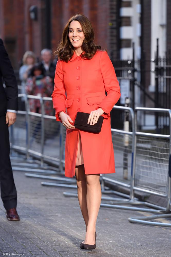 Katalin hercegné jelenleg a harmadik gyermekét várja és terhessége hatodik hónapjában van, mostanra pedig már elkezdett annyira látványosan nőni a hasa, hogy meg is mutatja.