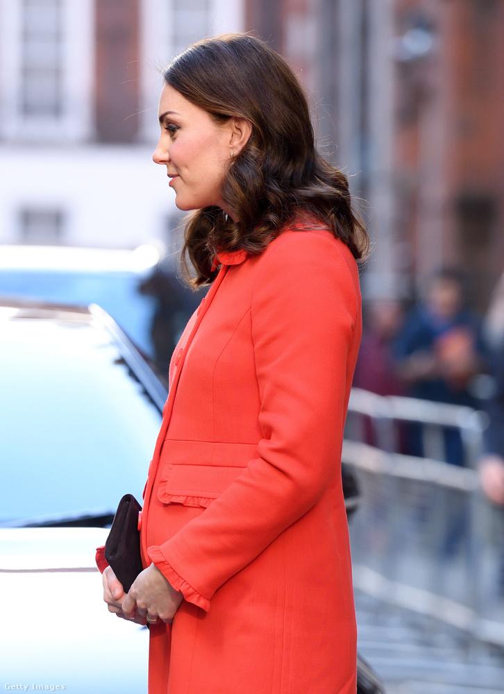 Vilmos herceg felesége szerdán egy gyerekkórházat látogatott meg, erre az alkalomra vette fel ezt a piros kabátot, ami nagyon jól kiemelte az alakját.