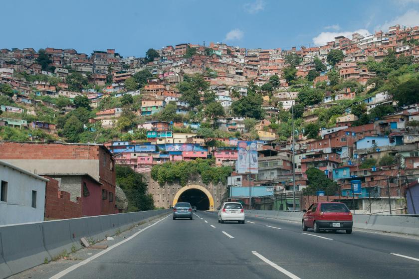 Caracas-ban, Venezuela fővárosában az egyik fő problémát a drogbandák jelentik. A gyilkosságok száma is igen magas, egy 2016-os adat szerint 100 ezer főre 120 gyilkosság jut évente.