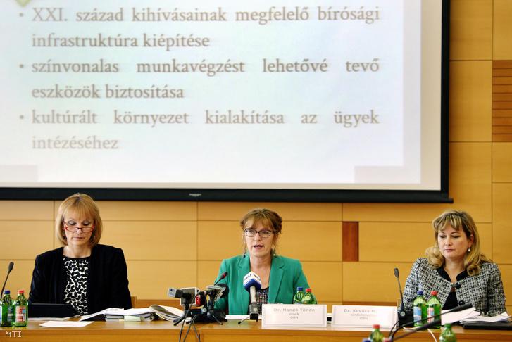 Handó Tünde, az Országos Bírósági Hivatal (OBH) elnöke beszél meghallgatásán az Országgyűlés alkotmányügyi, igazságügyi és ügyrendi bizottságának kihelyezett ülésén, a Magyar Igazságügyi Akadémián 2012. november 20-án. Mellette Hilbert Edit (b) és Kovács Mária (j), az OBH elnökhelyettesei.