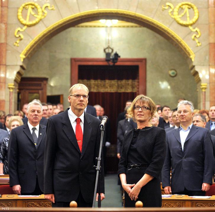 Darák Péter, a Legfelsőbb Bíróság (LB) helyébe lépő Kúria elnöke és Handó Tünde, az Országos Igazságszolgáltatási Tanácsot (OIT) felváltó Országos Bírósági Hivatal (OBH) elnöke (j) leteszi a hivatali esküt a Parlamentben, miután a két új vezetőt megválasztotta az Országgyűlés. Balra Schmitt Pál köztársasági elnök, jobbra Semjén Zsolt nemzetpolitikáért felelős miniszterelnök-helyettes. Handó Tünde megválasztását 258, Darák Péterét pedig 275 képviselő támogatta. Mindkettejük megbízatása kilenc évre szól.