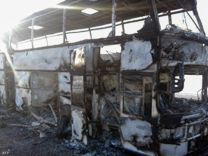 A kiégett busz roncsa