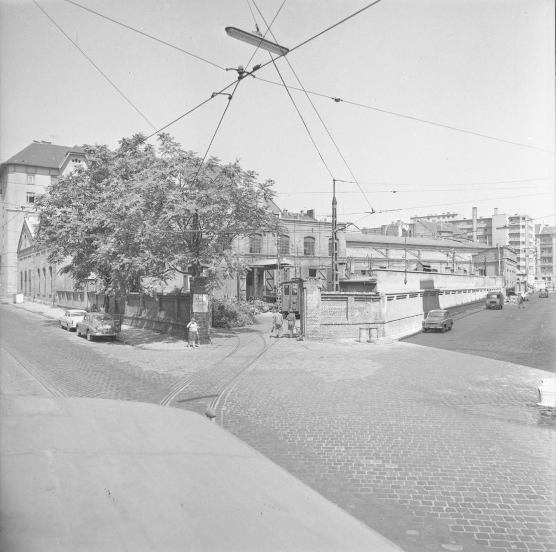 Az egykori főműhely a Fekete Sas utca és a Henger utca sarkáról fotózva
