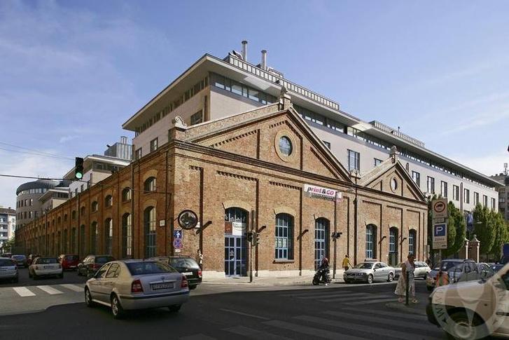 A Margit Palace az egykori Pálffy-telep falaival. Háttérben látszik az irodaház hengerszárnya