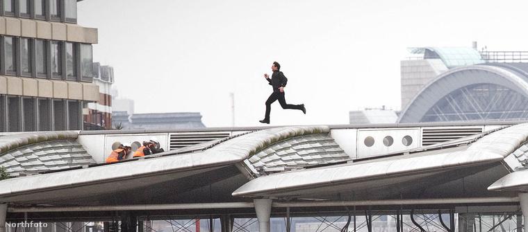 A sok tetőn való futkározás mellett viszont volt egy újabb kaszkadőr mutatvány, amit természetesen maga végzett el.