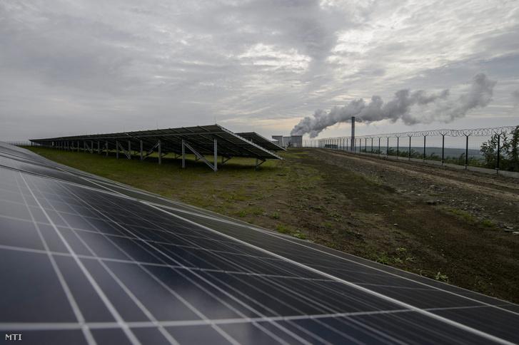 Napelemek a Mátrai Erõmû Zrt. 16 megawattos naperõmûvében Visonta közelében
