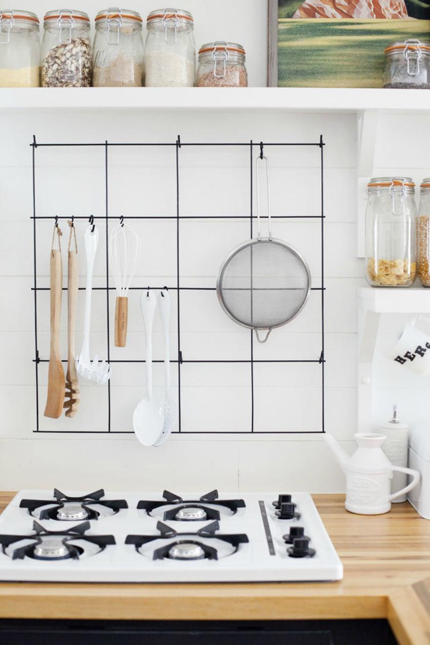 A felakasztható konyhai eszközöket érdemes valahogy a falra applikálni, hiszen csak feleslegesen foglalnák a helyet a pulton.