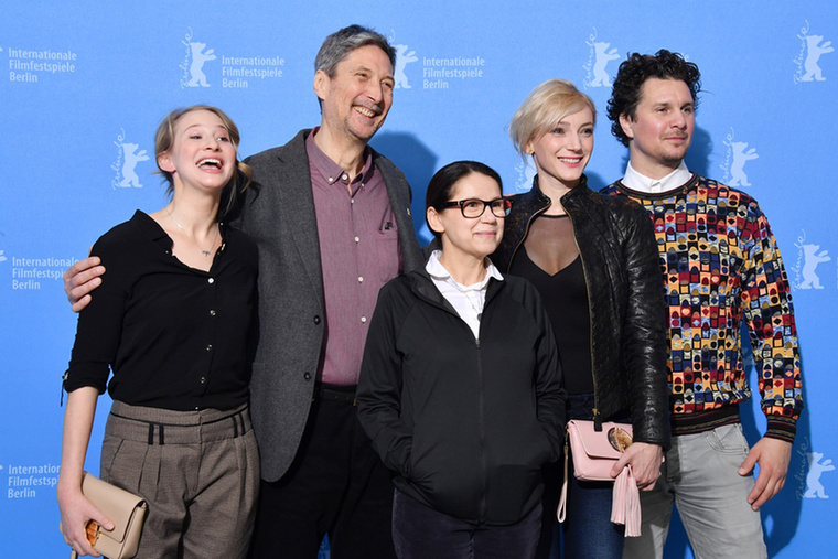 A 18 év után új nagyjátékfilmmel visszatérő Enyedi Ildikó Testről és lélekről című alkotása februárban elnyerte a Berlinale fődíját, az Arany Medvét