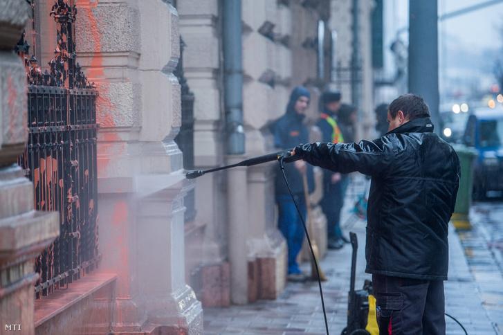 Eltávolítják a festéket az Állami Számvevőszék (ÁSZ) fővárosi Apáczai Csere János utcai központjának épületéről 2018. január 17-én.