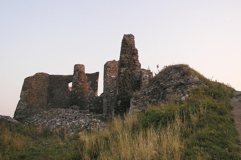 A Tapolcai-medencét övező Csobánc vulkanikus hegyén már a 13. században vár állt, melyet, mivel erődítménnyé alakították, a törökök sem tudtak soha bevenni. 1709-ben az ostromló labancok robbantották fel, így ma nagyon romos.