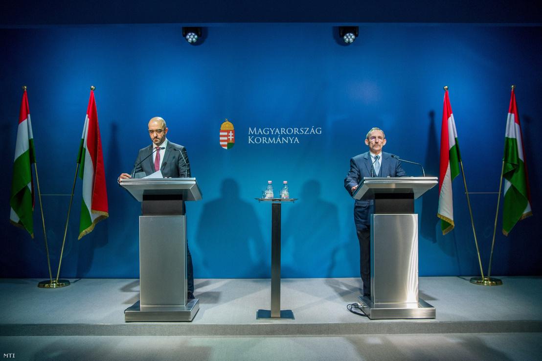 Pintér Sándor belügyminiszter (j) és Kovács Zoltán kormányszóvivő az illegális migrációval kapcsolatos kormányzati döntésekről tartott sajtótájékoztatón a Miniszterelnöki Kabinetiroda sajtótermében 2018. január 17-én.