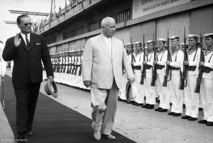 Tito és Hruscsov egy seregszemlén