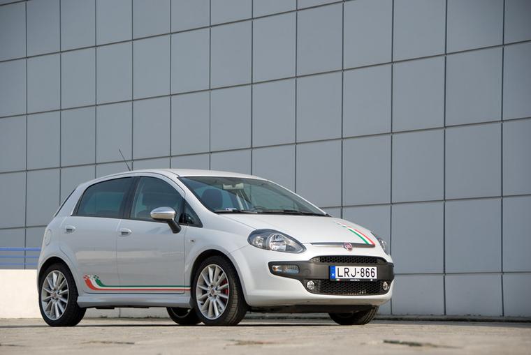 Fiat Punto - Pár hete döbbentette rá az Euro NCAP a közvéleményt, hogy a Punto még kapható: elvégezték rajta a mai töréstesztet, és hogy-hogy nem, elhasalt