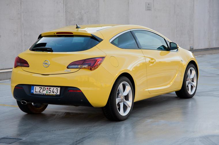 Opel Astra J GTC – Az Opelnél tudták, hogy a K generációból nem lesz háromajtós, ezért megkegyelmeztek a formás seggű, de kissé nehéz háromajtósnak
