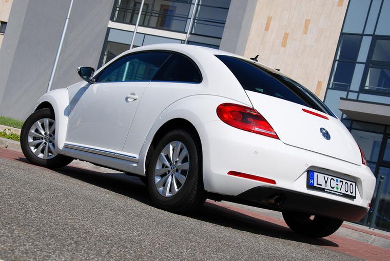 VW Beetle – Az új Beetle-generációkból ez már a második, az első nagyobb poén volt formai szempontból, a mostaniba viszont könnyebb belelátni az ős-Käfert