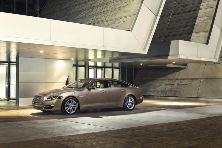 Jaguar XJ – Nyolc-kilenc év sok idő a csúcs-luxusautók életciklusában, mivel itt még több szól a kütyükről, és ebben mindig az újabb a jobb