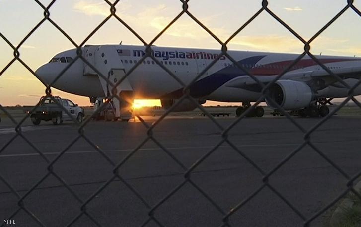 Videofelvételről készült kép a Malaysia Airlines utasszállító repülőgépéről az ausztrál sivatagban levő Alice Springs város repülőterén 2018. január 18-án miután leszállásra kényszerült a Sydneyből Kuala Lumpurba tartó 122-es járat 224 utassal a fedélzetén hajtóműhiba és erős légörvények miatt. Az utasok a repülőtéren töltötték az éjszakát.