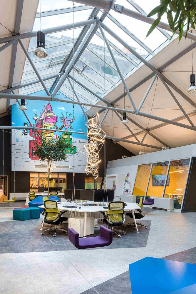 Az ügynökségtől megtudtuk, hogy az átalakításnál alapkoncepció volt, hogy az új belső tér minden emberi érzékre hatással legyen, ugyanúgy, mint az ügynökség munkája és projektjei is