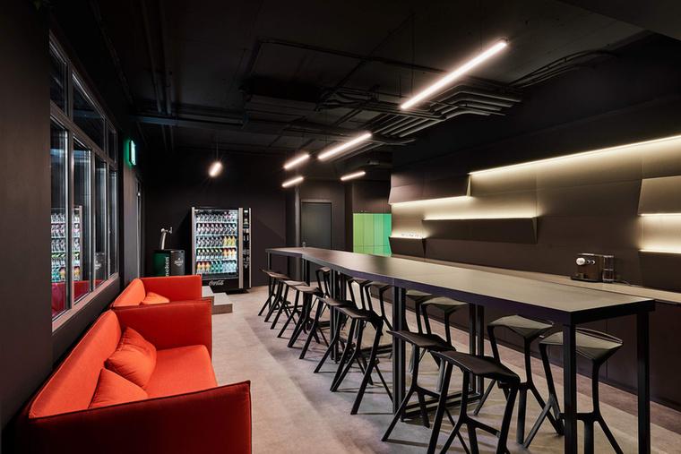 Trendi bár is található az épületen belül.