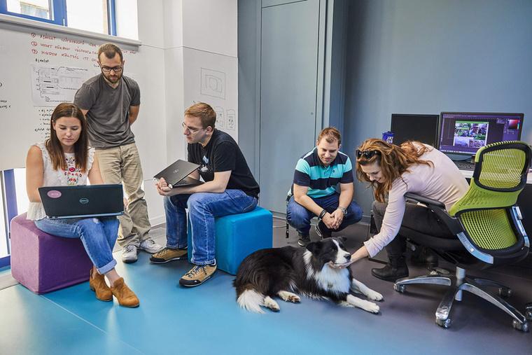 Az ötlet másoknak is tetszett, így az ügynökség 2017-ben el is nyerte az Év Kutyabarát munkahelye címet.