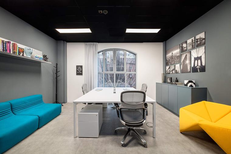 Stratégiai szoba az ipari stílusú épületben.