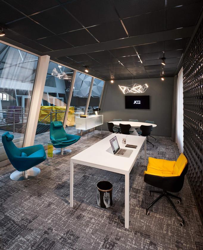 A teljes bútorkoncepció kialakításáért a Code Showroom felelt.