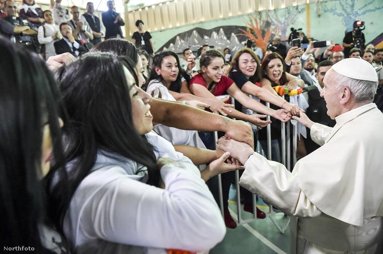 Ferenc pápa Chilébe látogatott, itt éppen Santiago de Chile egyik női börtönében találkozik a rabokkal