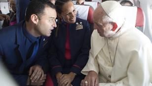 Ferenc pápa összeadott a repülőjén két légiutas-kísérőt