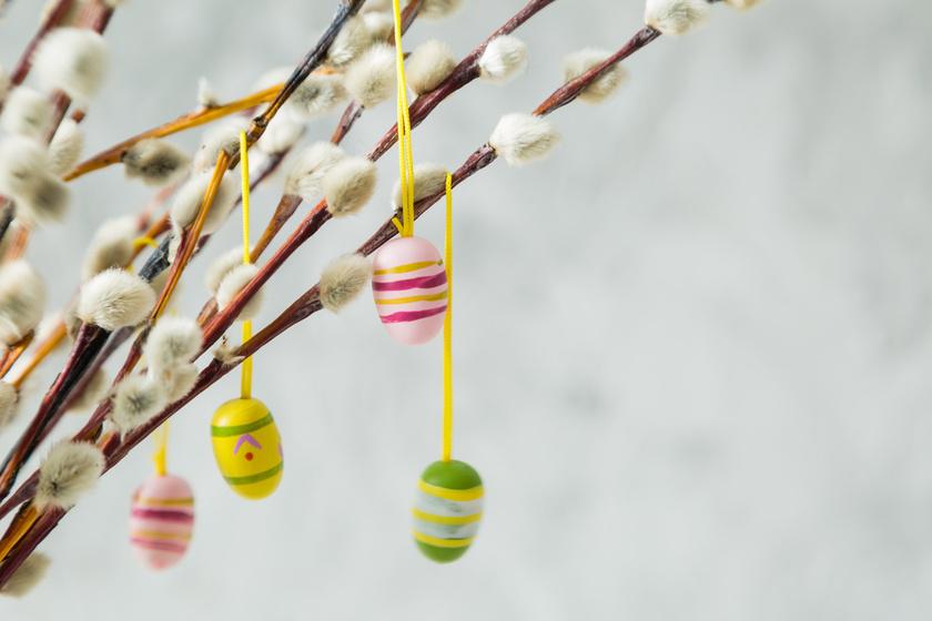 Kezdjünk a klasszikus tojásfával! A vázába tett barkaágakra aggathatsz valódi, kifújt tojásokat, de akár aprócska fa- vagy csokitojásokat is.