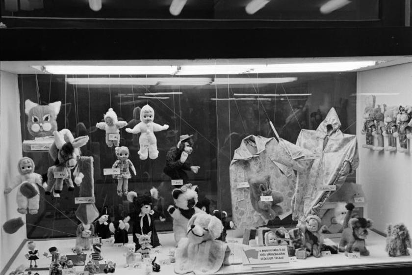 Aranyos babák és plüssállatok egy 1969-ben fotózott kirakatban.