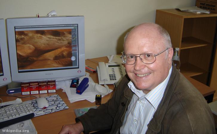 Neukum a Mars felszínét mutató fotók előtt, 2004-ben