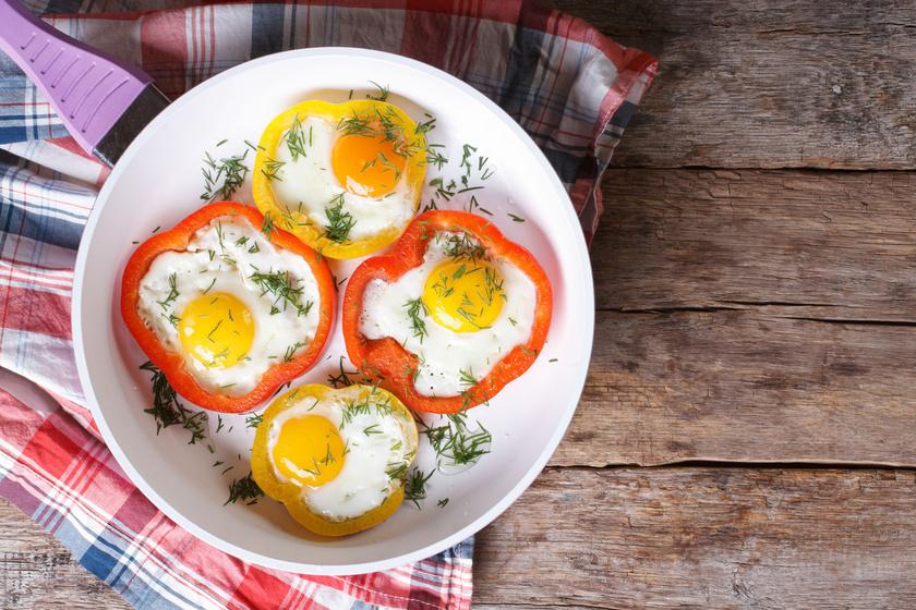 A tojás mindig jó ötlet, hiszen nagyon egészséges. Az egyhangú tükörtojás paradicsommal, sajttal és paprikával sütve mutatós és vitamindús reggeli.