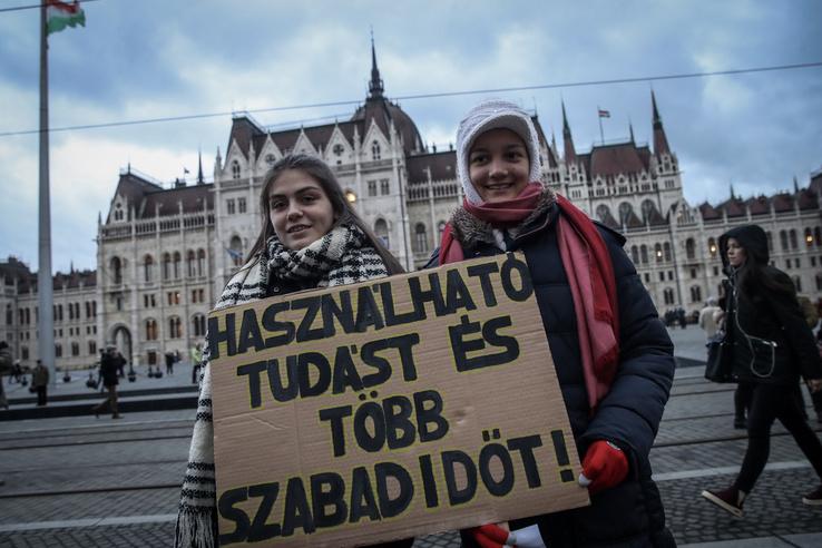 Több ezren tüntettek az oktatás modernizálásáért a Kossuth tér mellett, az Alkotmány utcában.