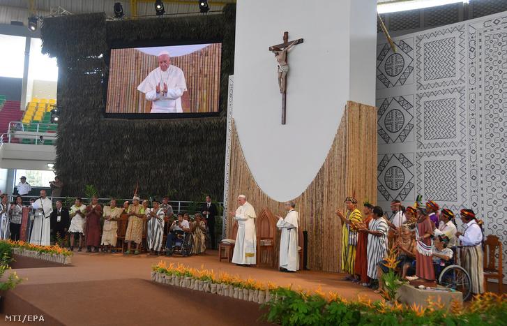 Ferenc pápa (k) őslakos indiánokkal találkozik Puerto Maldonadóban 2017. január 18-án, a katolikus egyházfő négynapos perui látogatásának kezdőnapján.