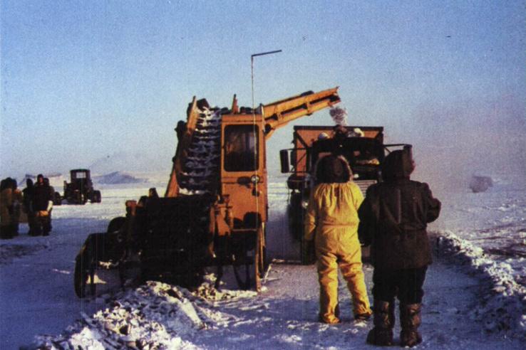 A radioaktív anyagokkal szennyezett havat, jeget először faládákba töltötték.