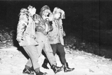 Calvin W. Snapp lövészt (középen) a mentőalakulat két tagja támogatja, miután rátaláltak.