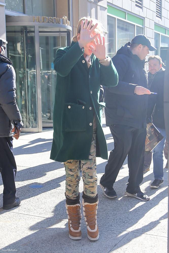 Uma Thurman lába hozzáért a New York-i flaszterhez, mire máris ott termett egy rahedli fotós, hogy lefotózza a nagy eseményt.